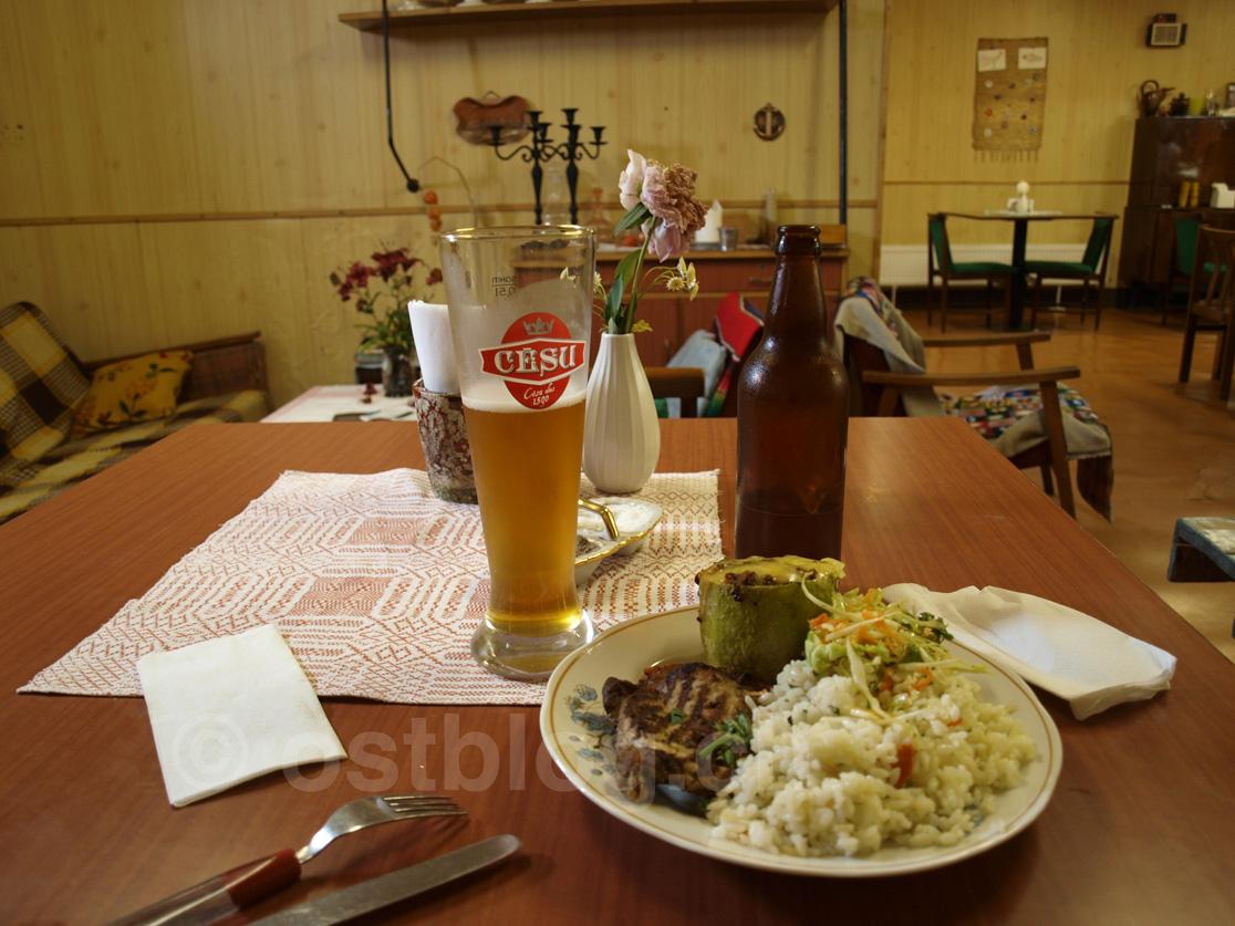 Im Bauch des Schiffes gibt es einfaches Essen und selbstgebrautes Bier