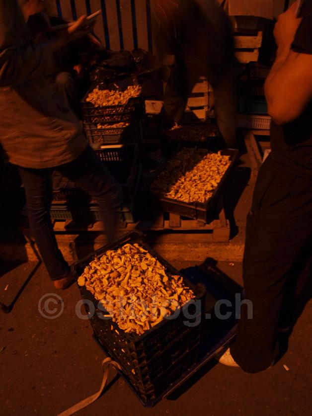 Kistenweise Eierschwämme auf dem Nachtmarkt in Riga